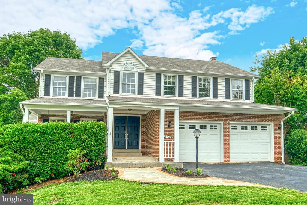 A large two car garage!  And driveway parking! - 6676 STONEBROOK DR, CLIFTON