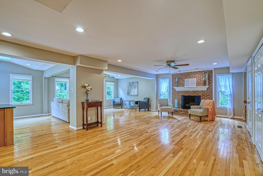 Gleaming wood floors, updated paint & a fireplace. - 6676 STONEBROOK DR, CLIFTON