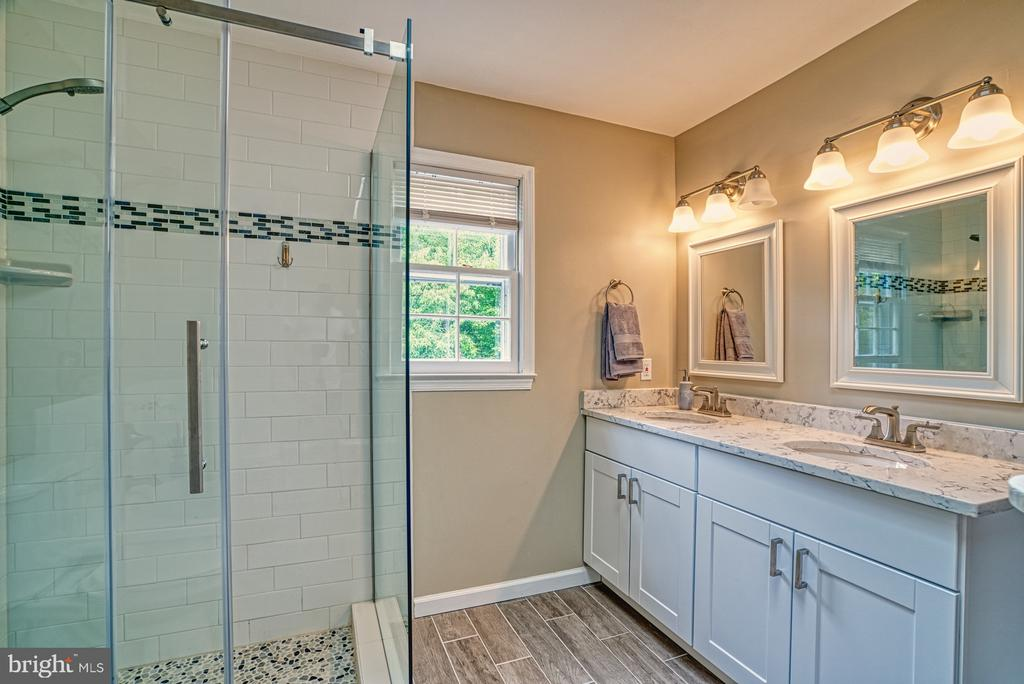 Double vanity with lots of storage - 6676 STONEBROOK DR, CLIFTON
