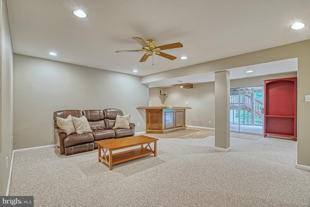 Everyone wants to hang out in this huge rec. room - 6676 STONEBROOK DR, CLIFTON