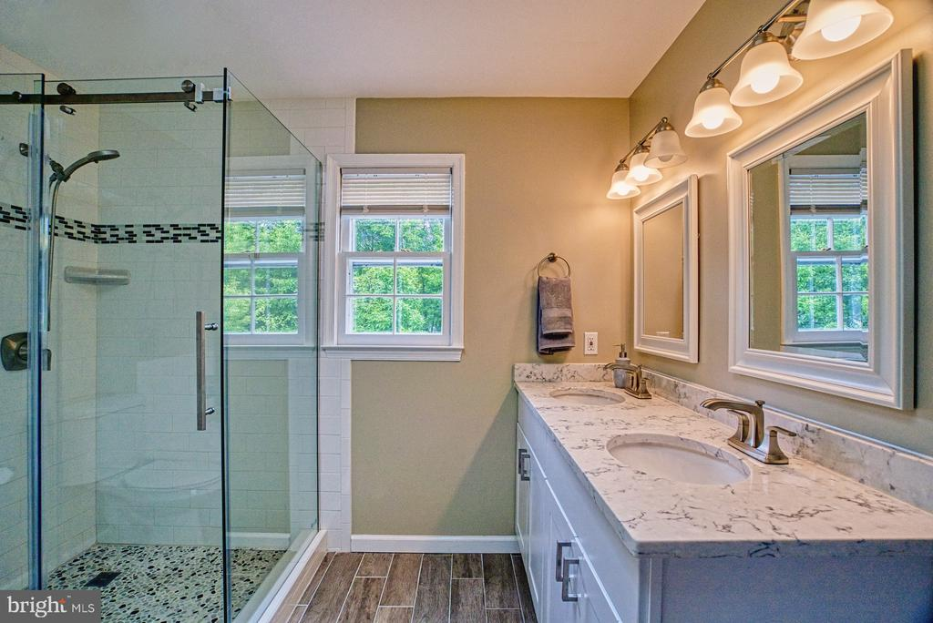 Updated master bath with glass enclosure - 6676 STONEBROOK DR, CLIFTON