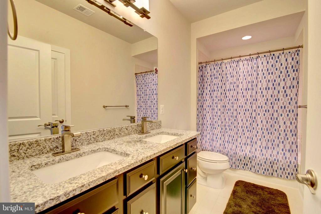 Large double sink Hall bath - 43388 WHITEHEAD TER, ASHBURN