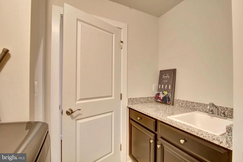 Walk-in aundry room with prep area - 43388 WHITEHEAD TER, ASHBURN