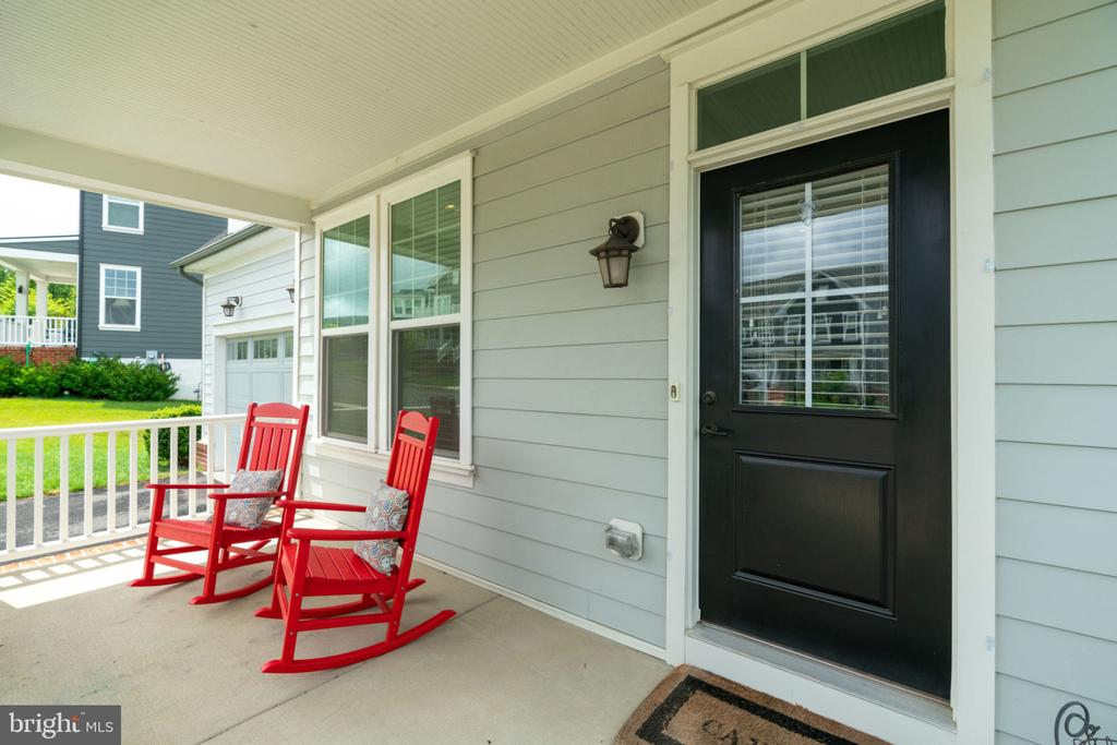 Relax on the Front Porch - 17016 TAKEAWAY LN, DUMFRIES