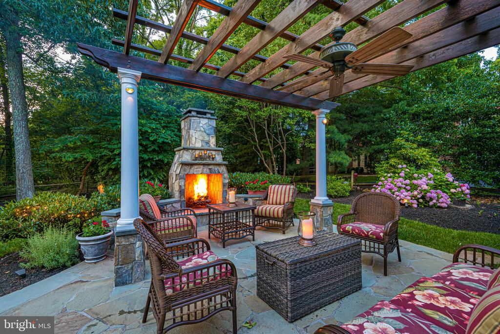 Fireside Entertaining Makes for Fun Memories! - 2877 FRANKLIN OAKS DR, HERNDON
