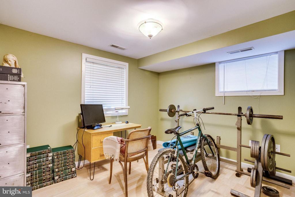 English basement bedroom - 1504 IRVING ST NE, WASHINGTON