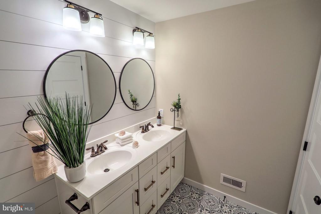 Hall bath with optional dual vanity - 10674 OLD BOND MILL RD, LAUREL