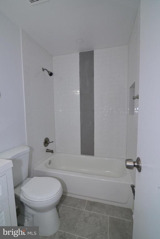 Main floor full bathroom - 9622 KING GEORGE DR, MANASSAS