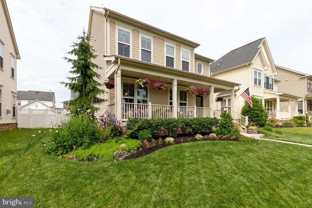 Great Front Porch and Professionally Landscaped - 23402 HIGBEE LN, BRAMBLETON