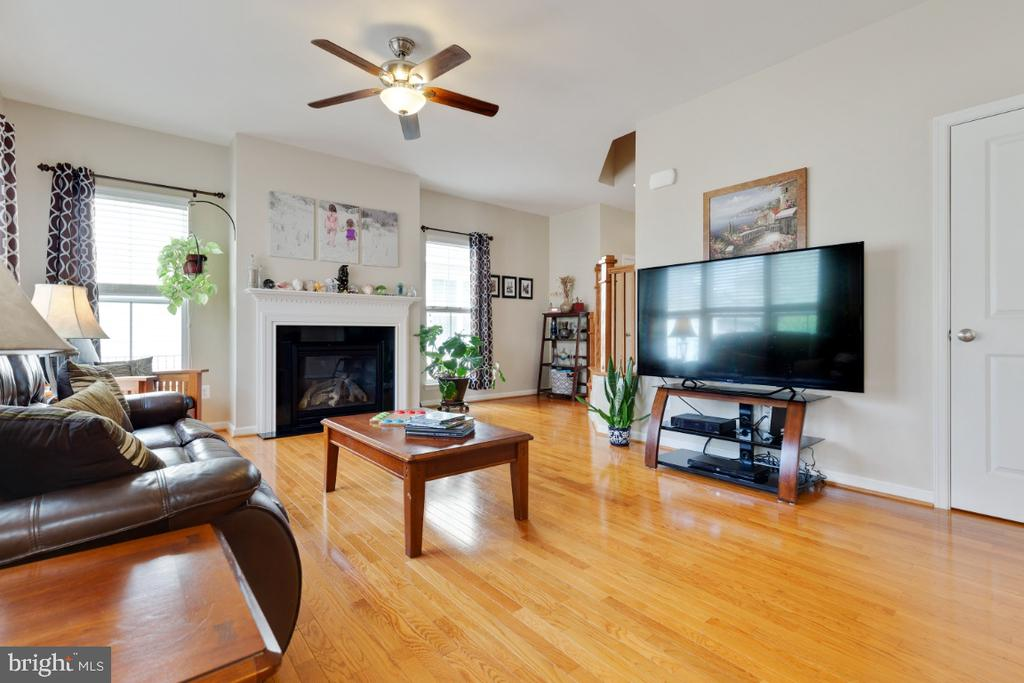 Spacioius Family Room with Hardwood Floors - 23402 HIGBEE LN, BRAMBLETON