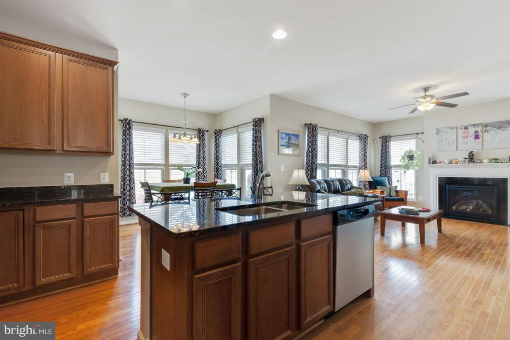 Center Island Overlooking Breakfast Room - 23402 HIGBEE LN, BRAMBLETON