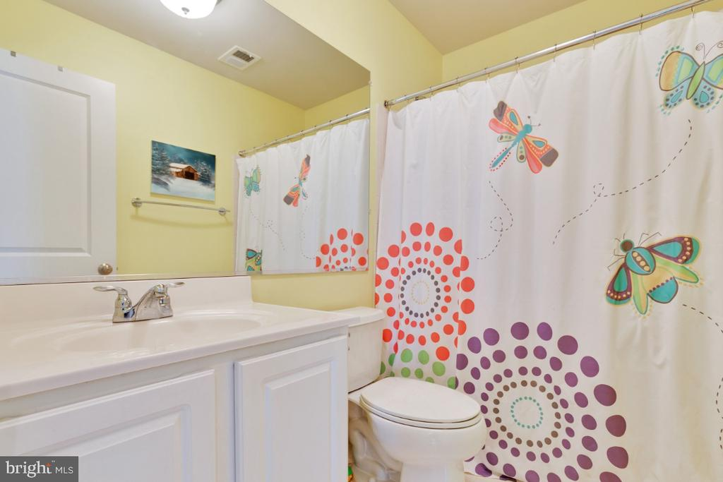 Full Bathroom on Bedroom Level - 23402 HIGBEE LN, BRAMBLETON