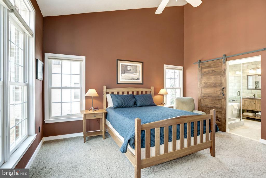 Modern master bedroom welcomes natural sunlight - 1330 N ADAMS CT, ARLINGTON