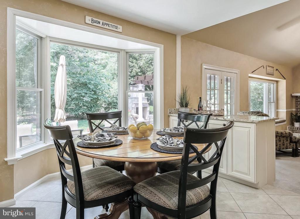 Eat-In Kitchen with Bay Window. - 2877 FRANKLIN OAKS DR, HERNDON