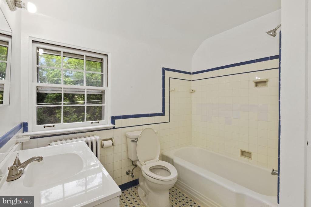 Full Bath on upper level - 3209 19TH RD N, ARLINGTON