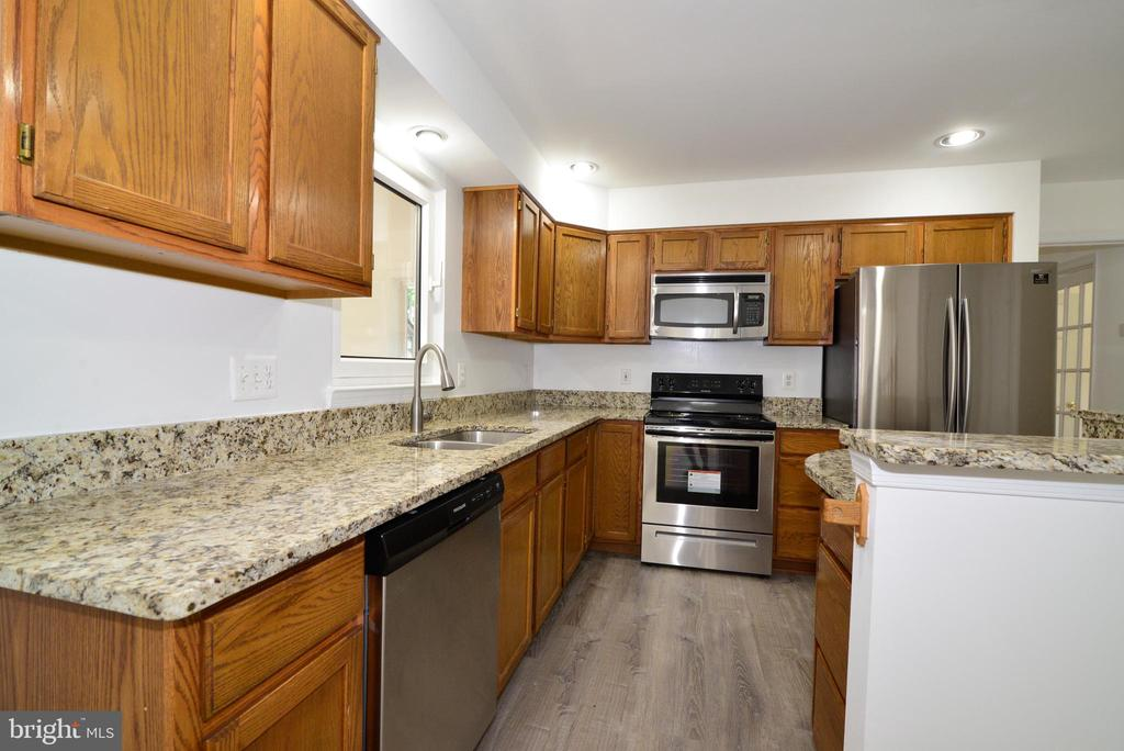 Kitchen with all new appliances - 9306 KEVIN CT, MANASSAS PARK