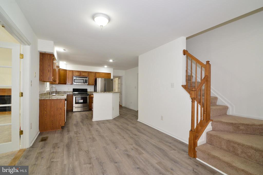 Looking to kitchen from family room - 9306 KEVIN CT, MANASSAS PARK