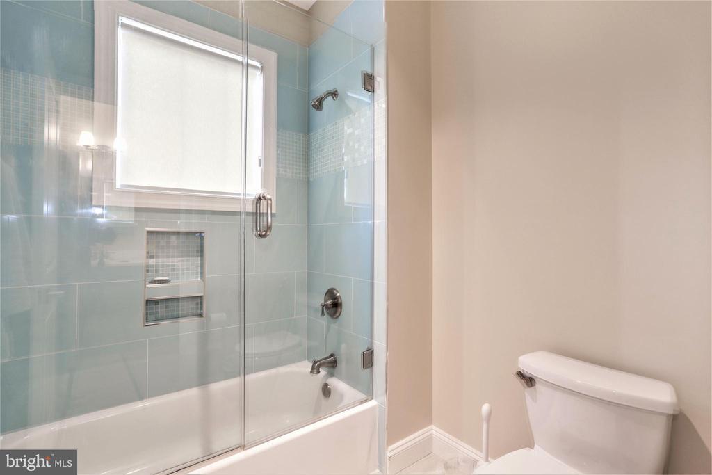 large bathtub and shower in shared bathroom - 3401 N KENSINGTON ST, ARLINGTON