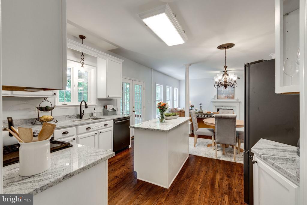 Newly Renovated Kitchen - 29 DERRICK LN, STAFFORD