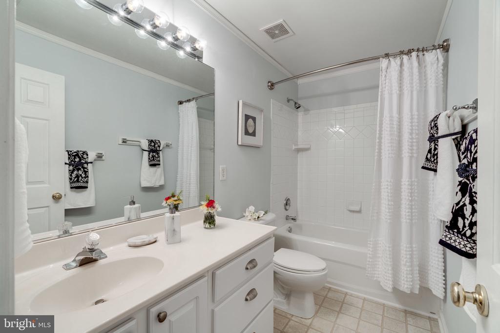 Hallway Bathroom Upper Level - 29 DERRICK LN, STAFFORD