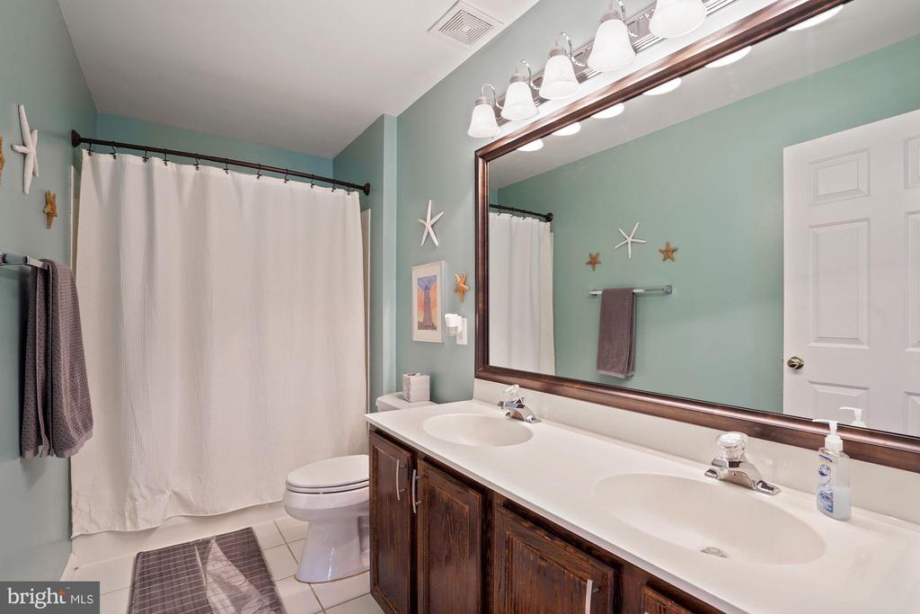 Dual vanities in hall bath - 20311 BROAD RUN DR, STERLING
