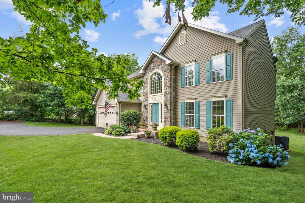 Beautifully maintained landscaping /3 season color - 20311 BROAD RUN DR, STERLING