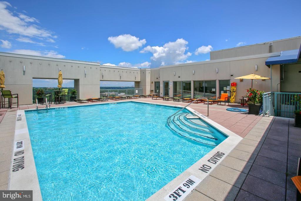 Awesome pool! - 851 N GLEBE RD #1104, ARLINGTON