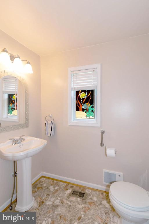 POWDER ROOM - 390 NANSFIELD DR, HARPERS FERRY