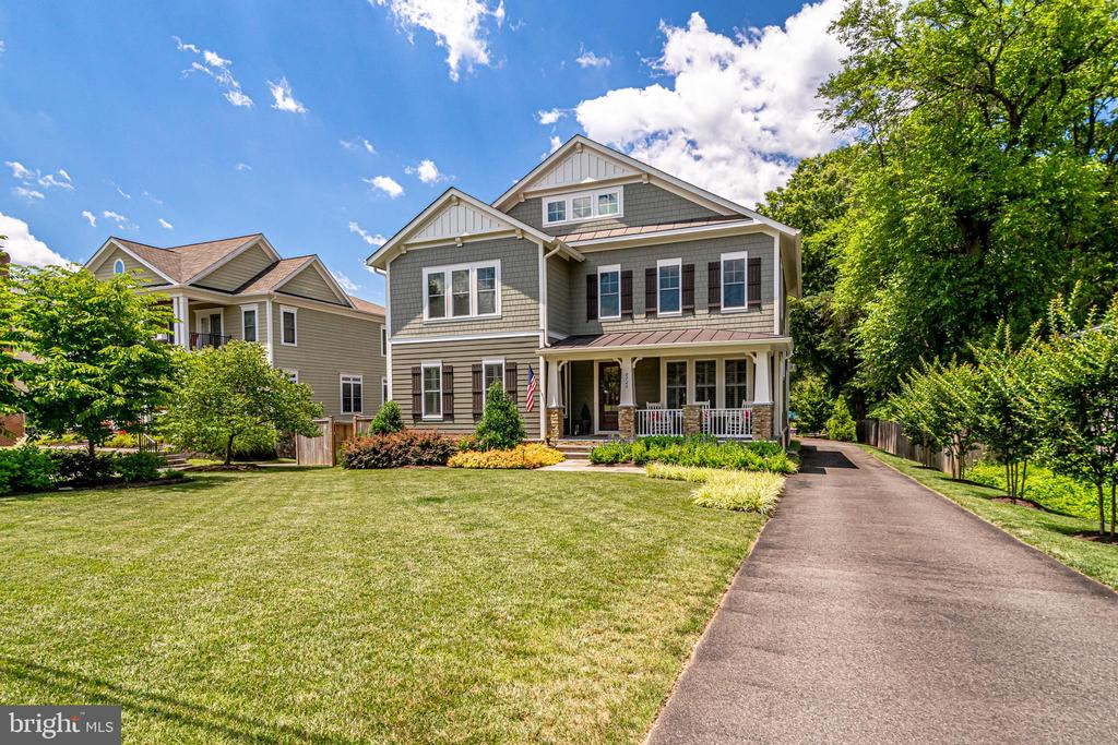 Thoughtfully designed landscaping - 8720 PLYMOUTH RD, ALEXANDRIA