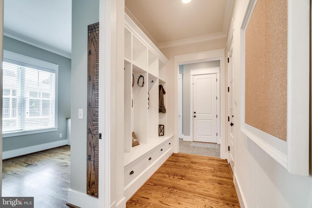 Hallway to second office, laundry & garage - 8720 PLYMOUTH RD, ALEXANDRIA