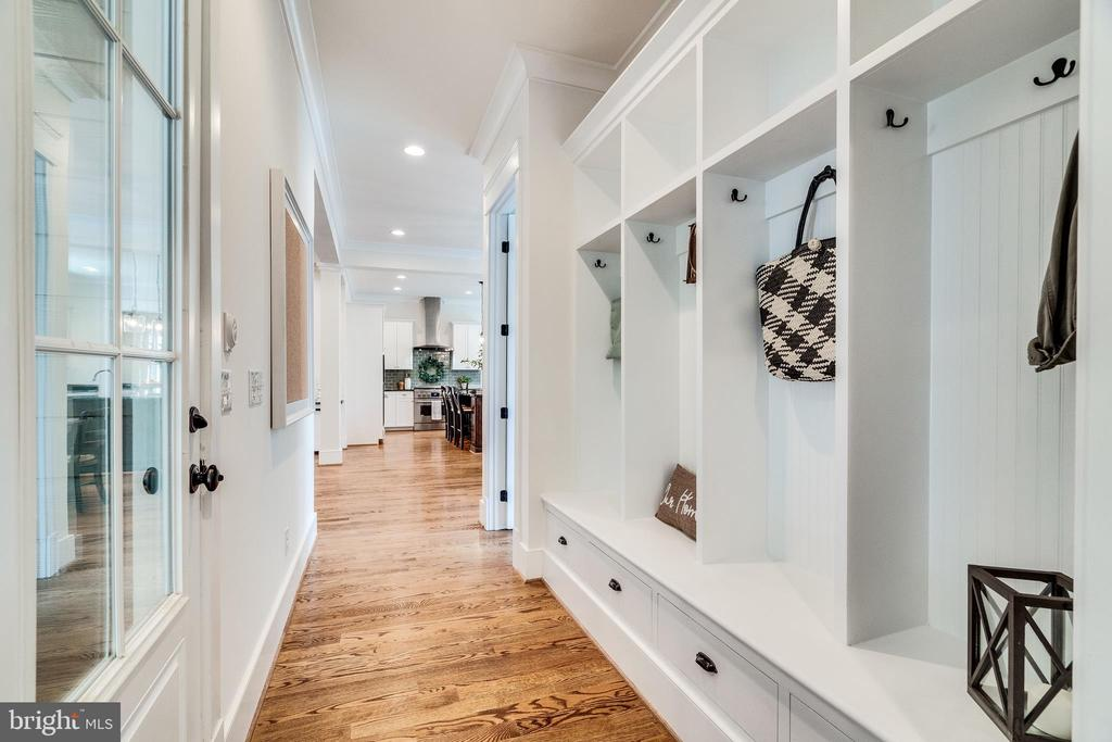 Built-in cubbies/lockers - 8720 PLYMOUTH RD, ALEXANDRIA