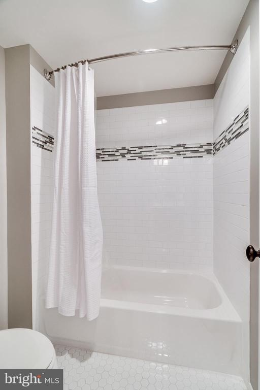 Shower/tub combo on lower level - 8720 PLYMOUTH RD, ALEXANDRIA