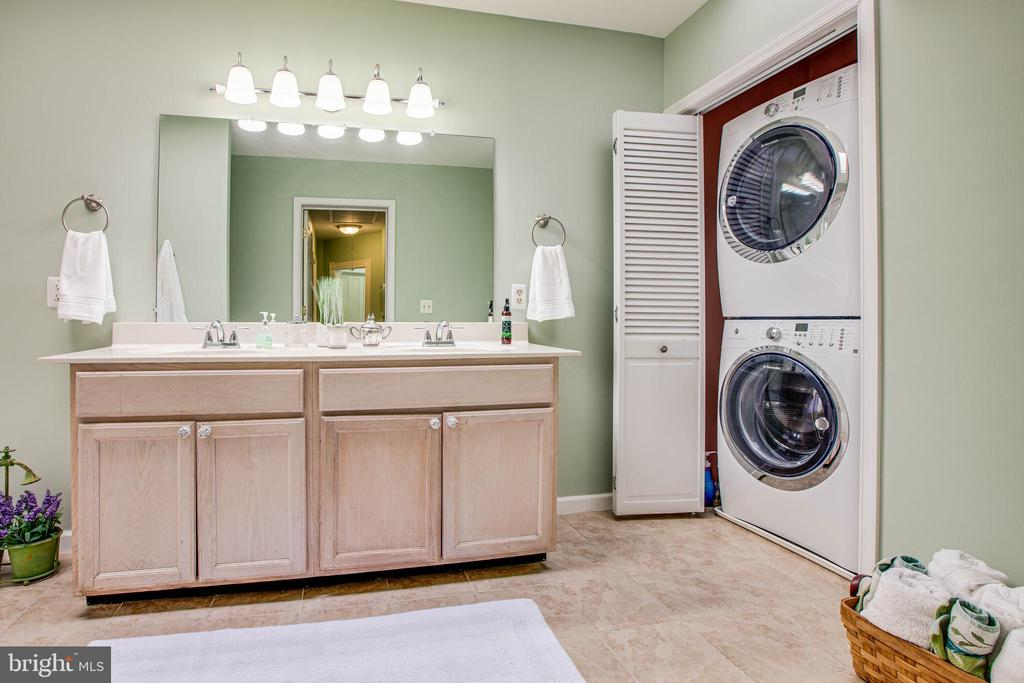 Full bath with washer and dryer- upper level - 314 HOPE RD, STAFFORD