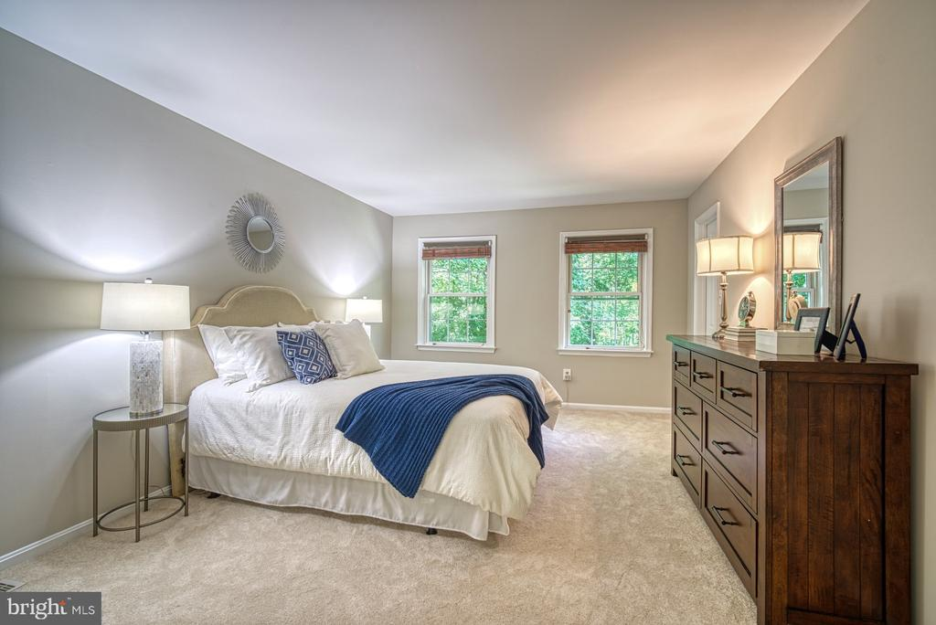Owners suite: walk-in closet, sitting area, bath - 12302 CANNONBALL RD, FAIRFAX
