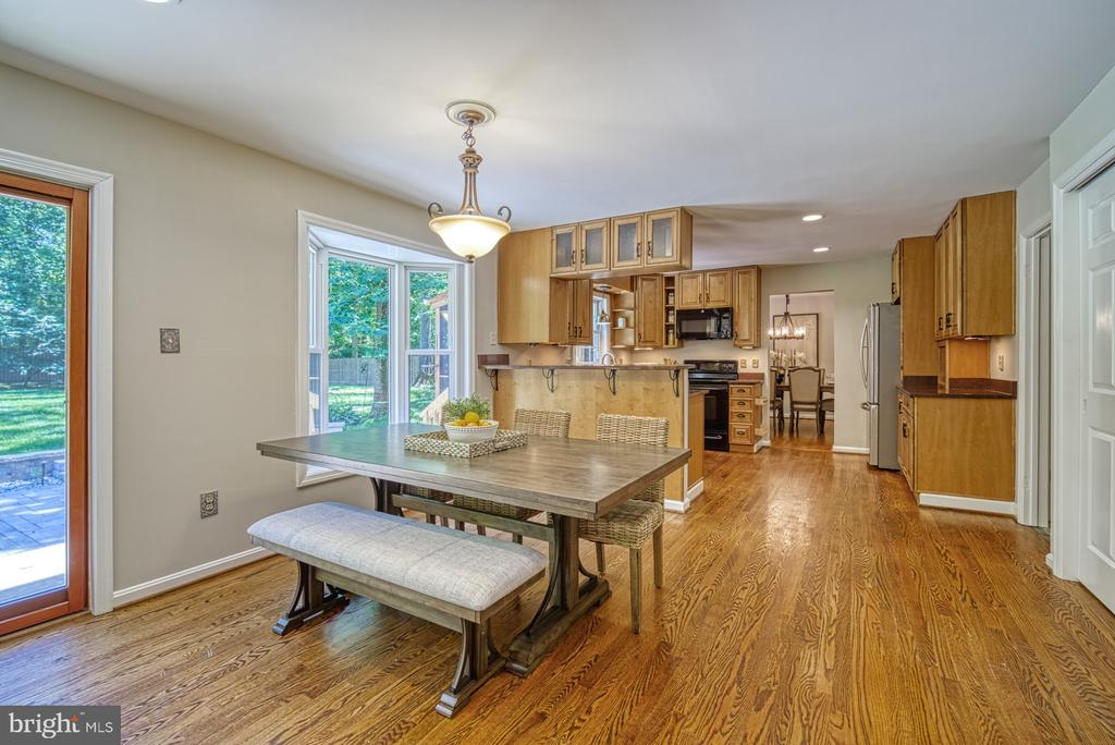 Large eat-in space with bay window - 12302 CANNONBALL RD, FAIRFAX