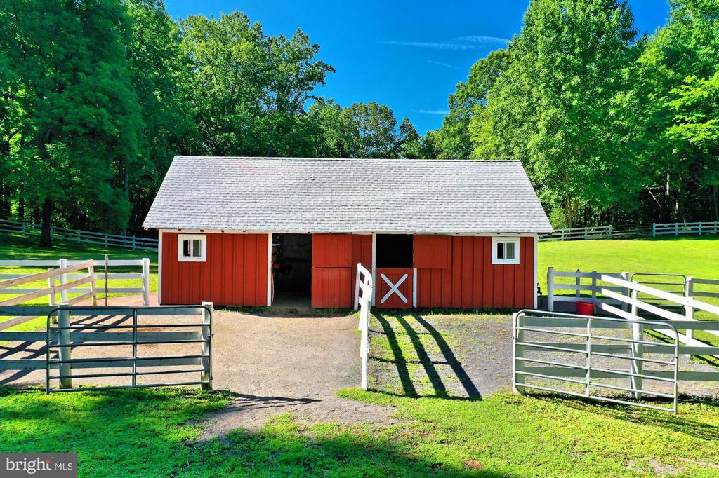 EACH STALL HAS A DRY PADDOCK - 11800 LAKEWOOD LN, FAIRFAX STATION