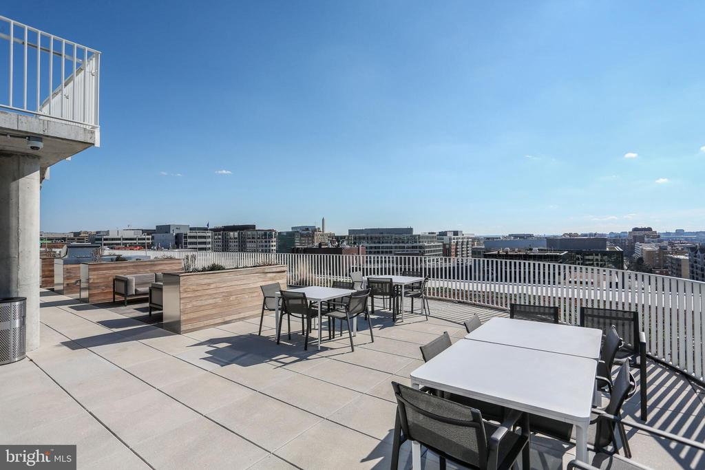 Dining tables on expansive roof deck - 1111 24TH ST NW #42, WASHINGTON