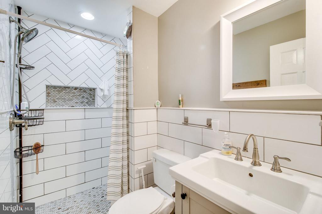 lower level bath with custom shower - 2718 FOX MILL RD, OAK HILL