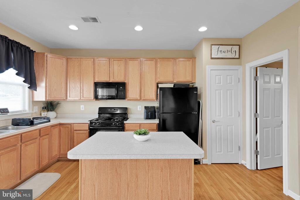 Kitchen with Large Pantry! - 8187 COBBLE POND WAY, MANASSAS