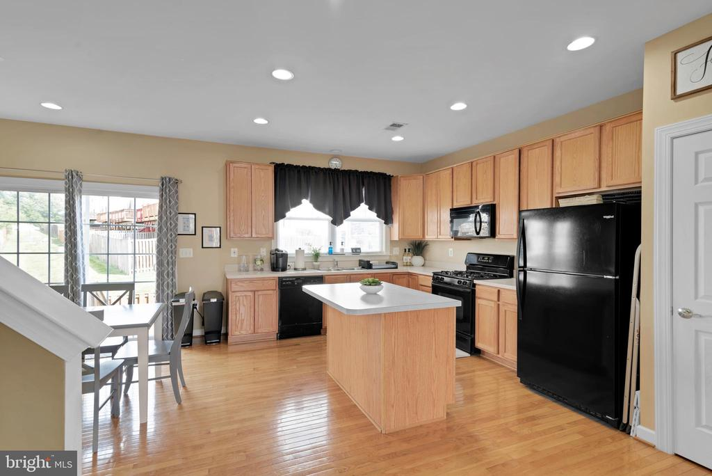 Kitchen with Island Seating! - 8187 COBBLE POND WAY, MANASSAS