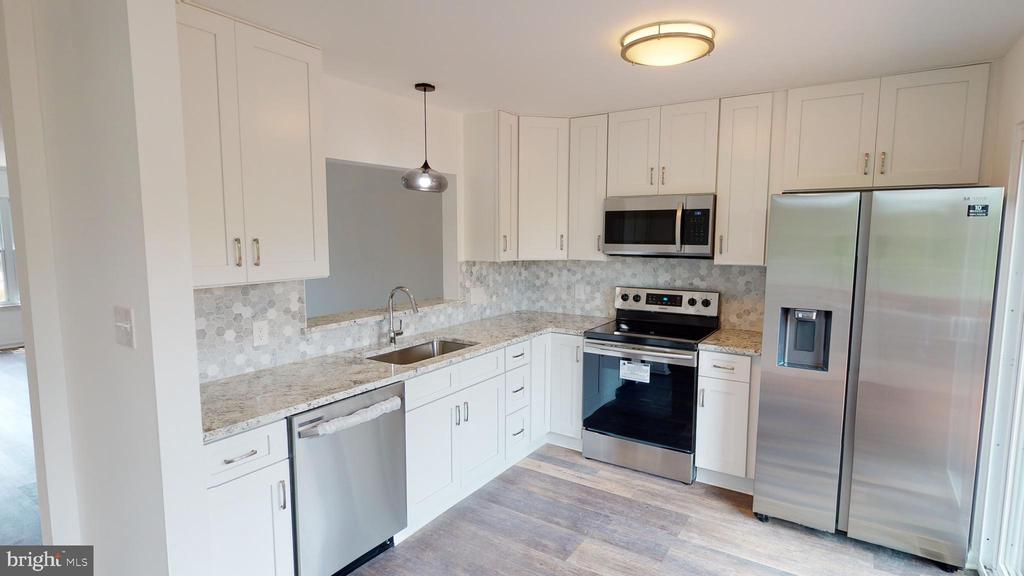 Kitchen has soft-close drawers and cabinets - 13616 WILDFLOWER LN, CLIFTON
