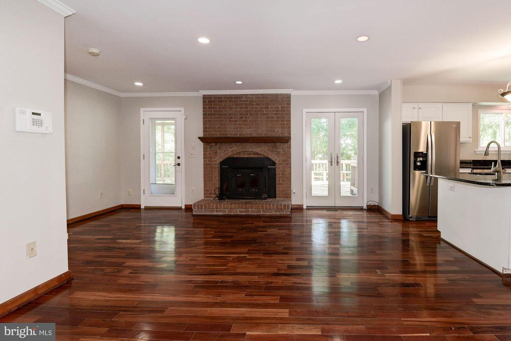 Family room opens to the screen porch and deck - 3224 WILDMERE PL, HERNDON