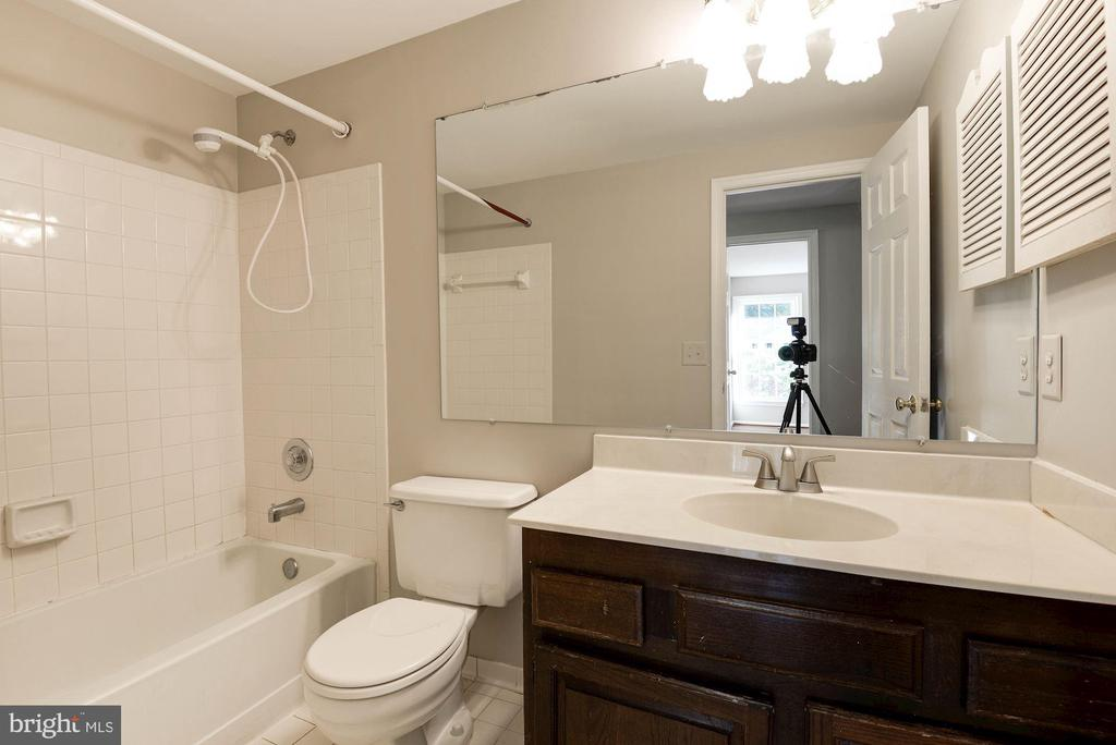 Hall bath - 3224 WILDMERE PL, HERNDON