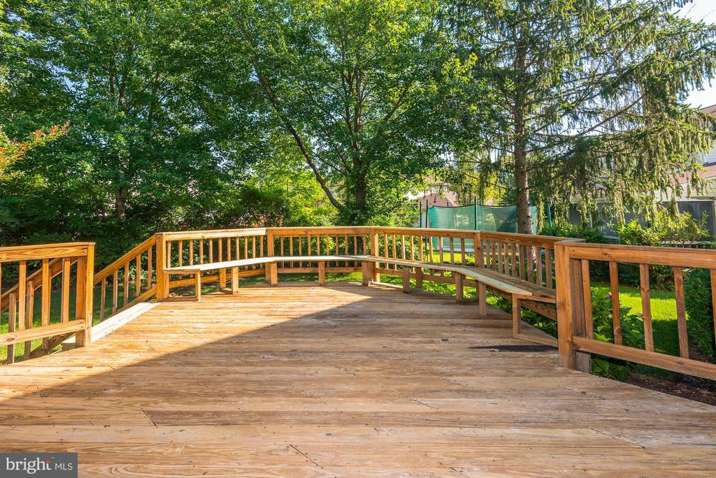 Large deck with built-in seating - 3224 WILDMERE PL, HERNDON