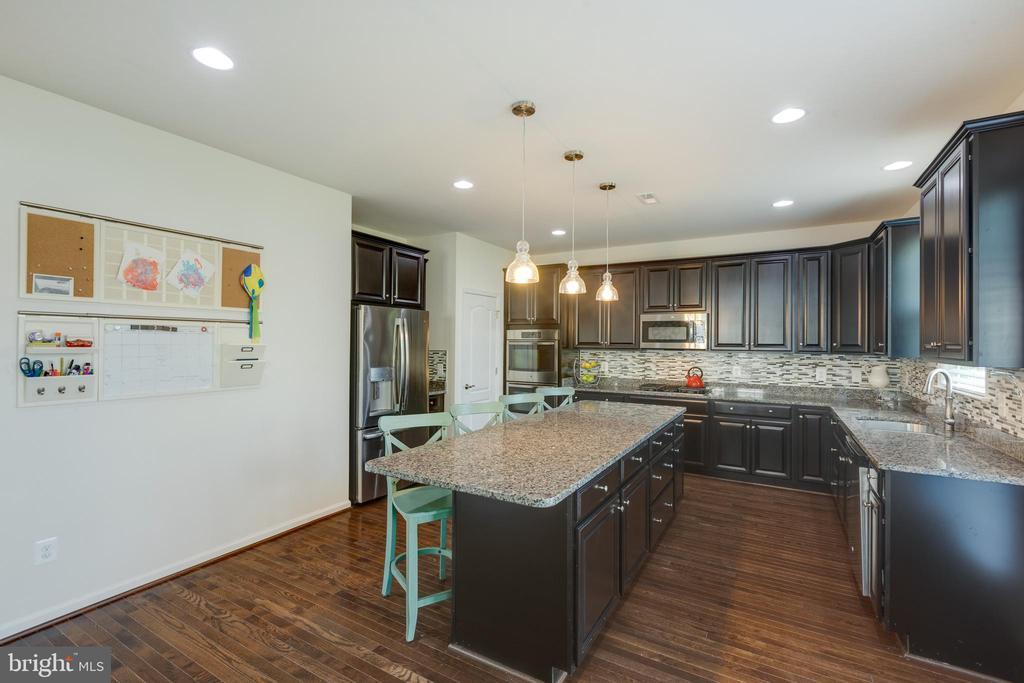 Kitchen with space for an organization wall! - 40594 SCULPIN CT, ALDIE