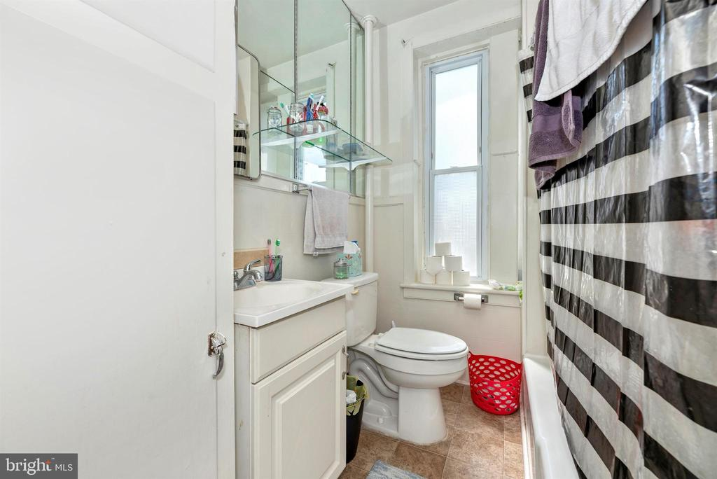 Full Bathroom - 8 MAIN ST, WOODSBORO