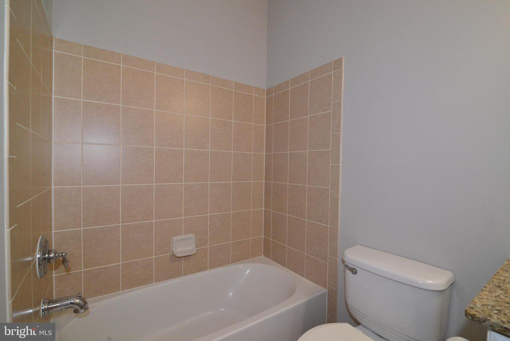 Main level full bath - 42814 RAVENGLASS DR, ASHBURN