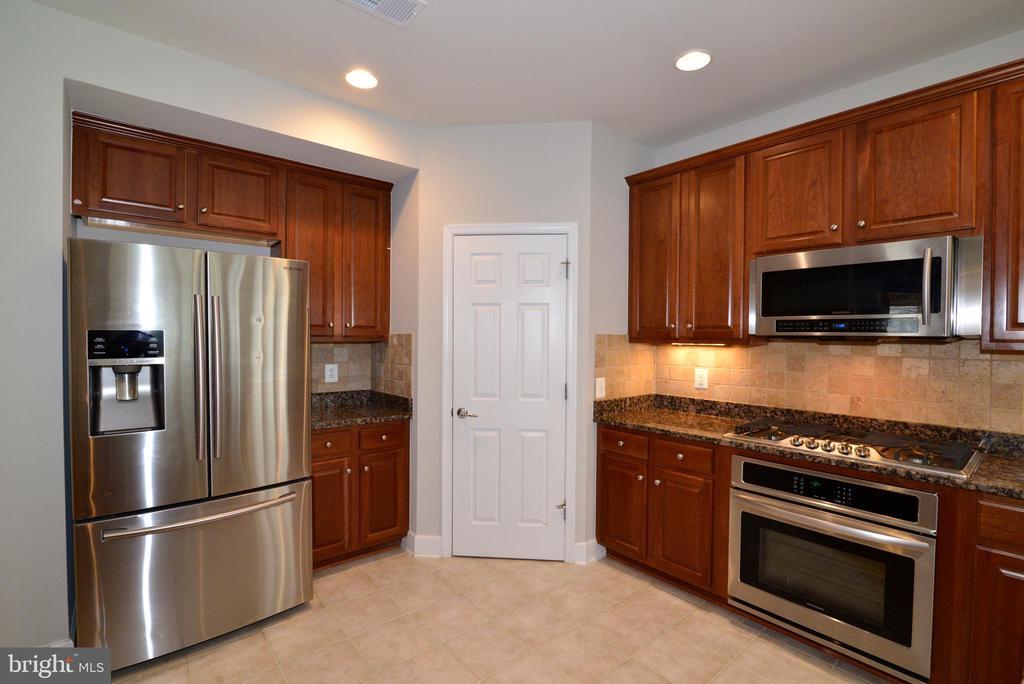 Brand new 6 burner cooktop and wall oven - 42814 RAVENGLASS DR, ASHBURN