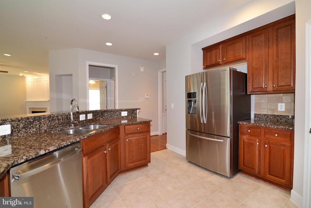 Newer Stainless steel appliances add to the shine - 42814 RAVENGLASS DR, ASHBURN