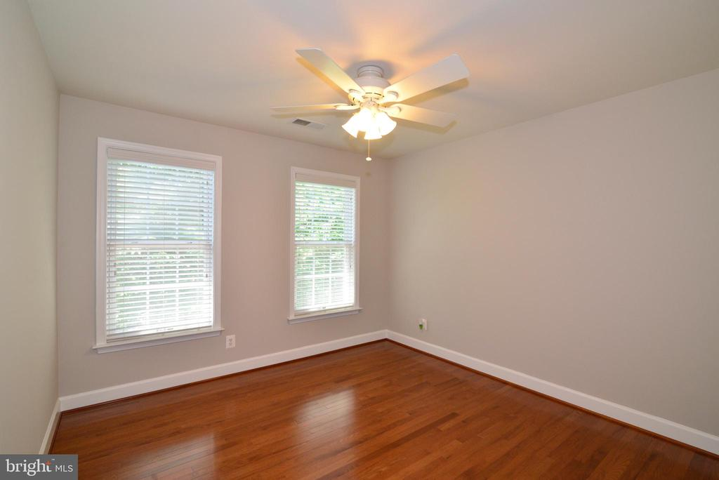 Large and bright secondary bedroom - 42814 RAVENGLASS DR, ASHBURN